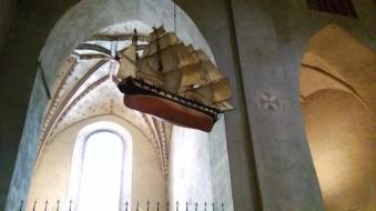 Warum jetzt ein Schiff in einer Kirche hängt weiß ich nicht. Aber vielleicht haben die das ja mit dem Kirchenschiff irgendwie falsch verstanden.