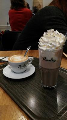 Und wie immer für Lena einen Cappuccino und für mich eine heiße Schokolade (mit ein bisschen Sahne - naja Ansichtssache)