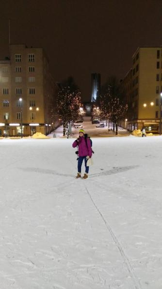 Diesmal ohne Weihnachtsbaum. Der wurde nämlich abgebaut, da in ein paar Tagen ein Fest auf dem Marktplatz stattfinden soll und sie eine große Eisfläche auf dem Marktplatz aufbauen.