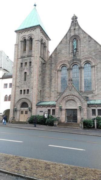 Und die Frogner Kirche war gegenüber. Dort war auch die Bushaltestelle. Keine 100m zu laufen.