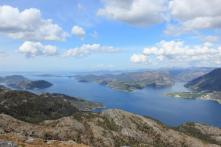 hinten links sieht man den Idsefjorden, der große Fjord ist der Høgsforden und der der abzweigt der Lysefjord