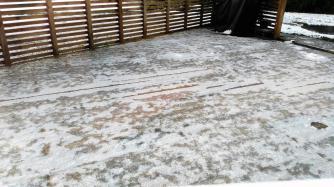 Unsere Terasse ist zugefroren.