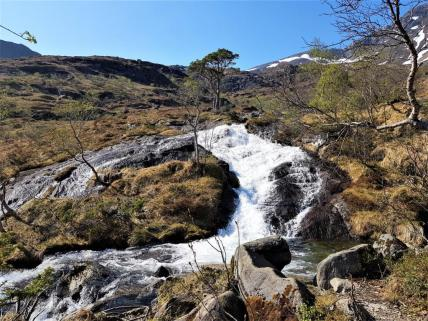 Dieses Wasser kommt von einem See und geht durch die Höhle dann bis nacht unten ins Tal.