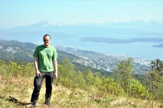 Marco und im Hintergrund Molde und die Bergkette