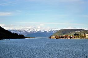 Blick auf die Holzhäuschen in Mosjøen